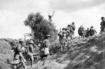 canadian scottish advancing during battle of the canal du nord in world war 1